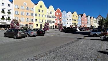 Schärding - Fahrbahn asphaltiert - Parkflächen und Gehflächen gepflastert