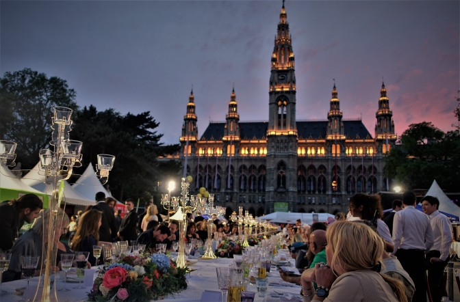 Rathausplatz Tafel Nacht