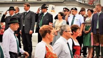 Ehrengäste beim Aufmarsch