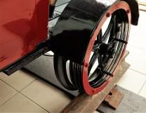 Rad auf Schiene von kleinem Schienenfahrzeug
