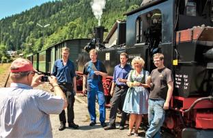 20170721 Ötscherbär-Darstellerin Renate mit Wuchteln u Lokpersonal 99 1542-2 im Bhf Lunz am See Foto Joachim Schmidt-4