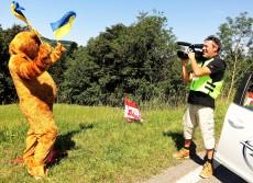 Ötscherbär als Fernsehstar bei Österreichrundfahrt