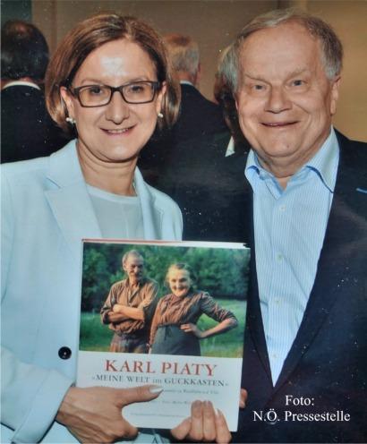 Mikl Leitner mit Piaty Buch Foto N.Ö.