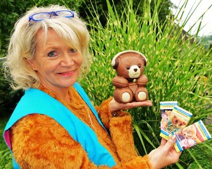 Renate Wachauer mit Rdio-Bär und Ötscherbär-Schokoladen