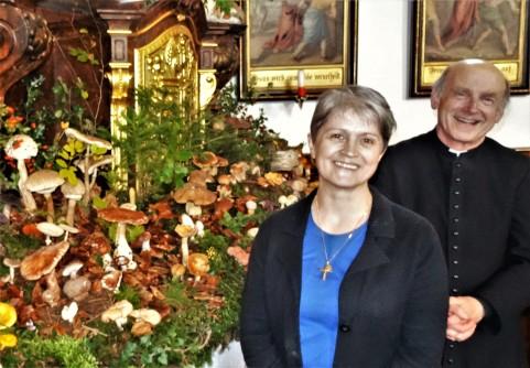 Schwammerlaltar Gerti Schneckenleitner und Pfarrer Reinhard Kittl (1)