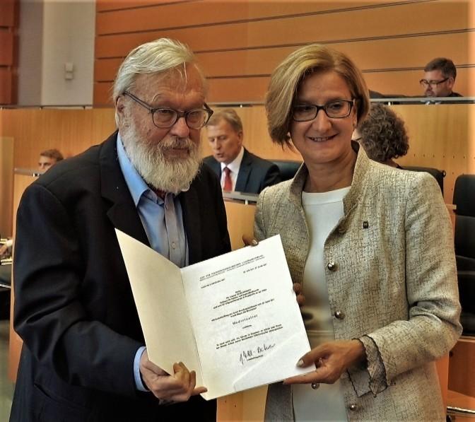 Schuhfried Mikl Dokumentübergabe