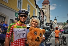 Aaron Gates mit Ötscherbärin Renate Wachauer