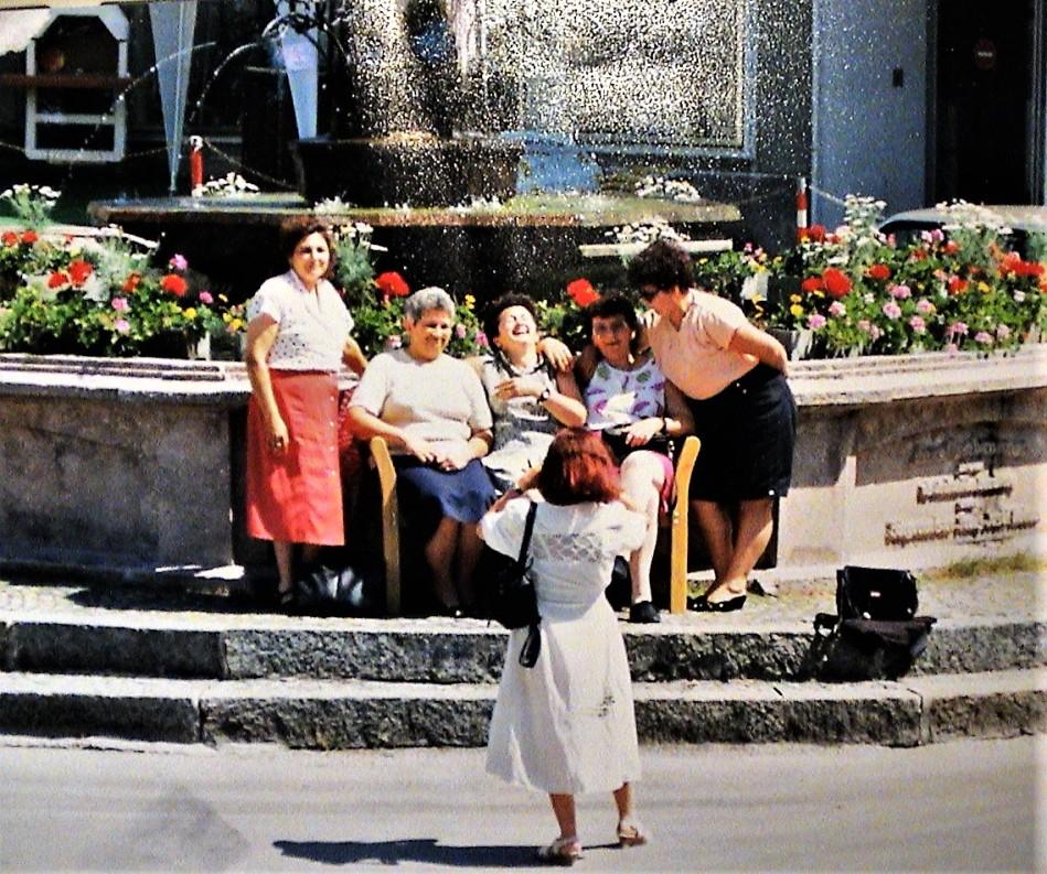 Brunnen mit Forellen und Blumen