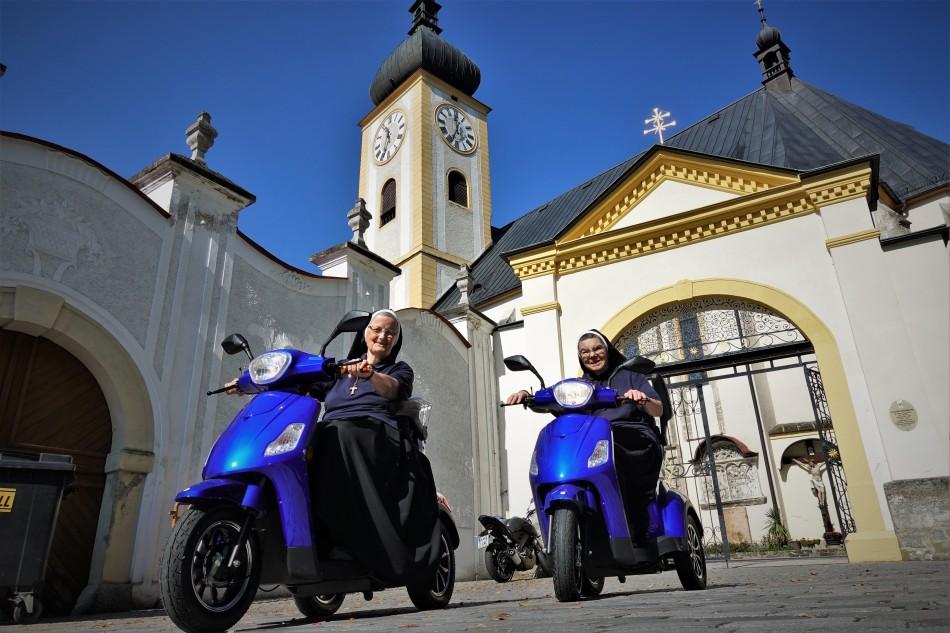 20.9.2018 Astrid und Salesia auf ihren E- Scooter vor Stadtpfarrkirche