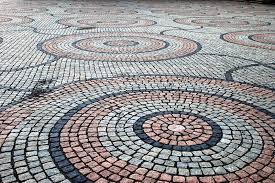 Pflaster rund färbige Steine