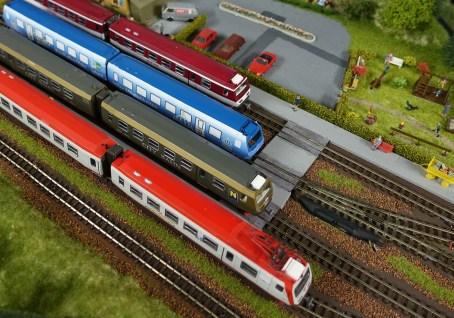 4090 Flotte auf den Gleisen vor Bahnhof