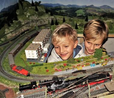 Eisenbahnanlage Wachauer mit dampfender Lok 9