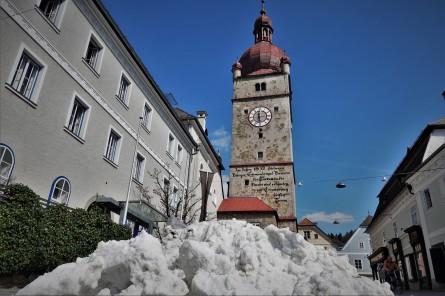 Schnee stadturm fern