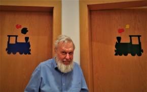 Dr. Schuhfried Die Untersuchungszimmer tragen am Eingang Dampflokomotiven