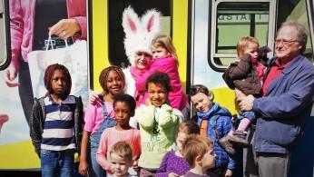 Osterhasenzug Kinder vor triebwagen 2