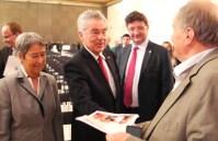 Karl Piaty übergibt an Fam. BP Fischer EU Kaffeeunterlagen 28.4.2014