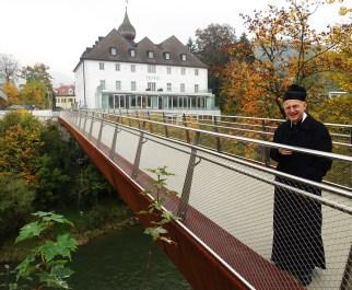 Der Zeller Pfarrer Reinhard Kittl betritt als erster den neuen Steg