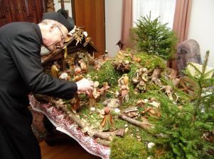 Pfarrer Kittl baut seine Krippe auf