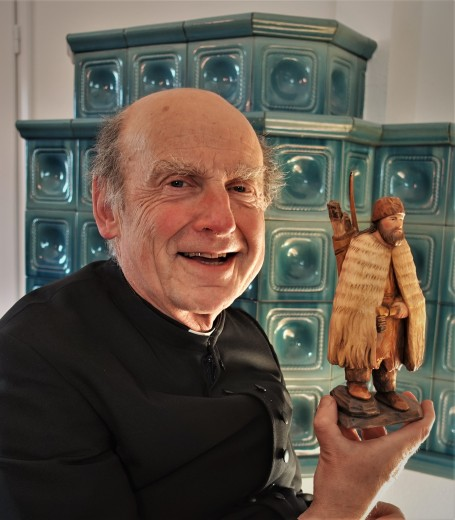 Pfarrer Reinhard Kittl mit Schnitzkunstwerk Ötzi 2