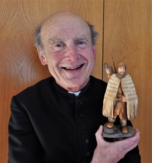 Pfarrer Reinhard Kittl mit Schnitzkunstwerk Ötzi