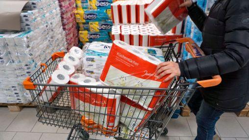 28.02.2020, Hamsterkäufe wegen Corona-Virus, Frau kauft große Mengen an Papiertüchern und Klopapier zur Überbrückung einer eventuellen Corona-Pandemie in Deutschland. 28.02.2020, Hamsterkäufe wegen Corona-Virus 28.02.2020, Hamsterkäufe wegen Corona-Virus *** 28 02 2020, Hamster purchases due to corona virus, woman buys large quantities of paper towels and toilet paper to bridge a possible corona pandemic in Germany 28 02 2020, Hamster purchases due to corona virus 28 02 2020, Hamster purchases due to corona virus