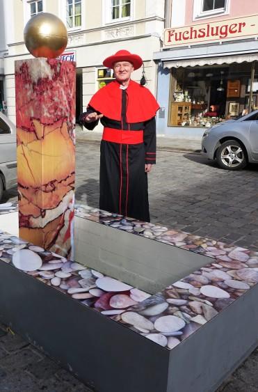 Der Faschingbrunnen in Waidhofen Karl Reichenecker als Kardinal 1