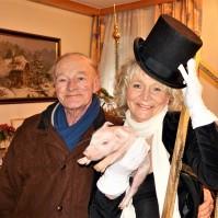 Renate Rauchfangkehrer mit Schweinchen Karl
