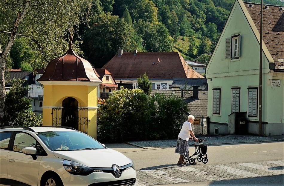 Rollator und Zebrastreifen aus Kleinsteinpflaster Aug. 2018